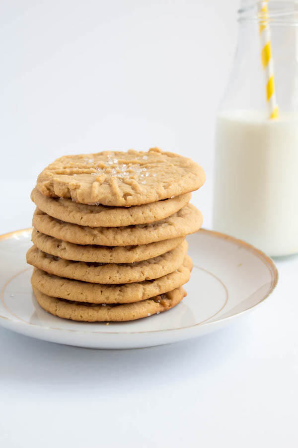 Soft and chewy peanut butter cookies filled with peanut butter frosting and strawberry jam. These Peanut Butter and Jelly Cookie Sandwiches are a sweet and amazing twist to the classic childhood favourite!