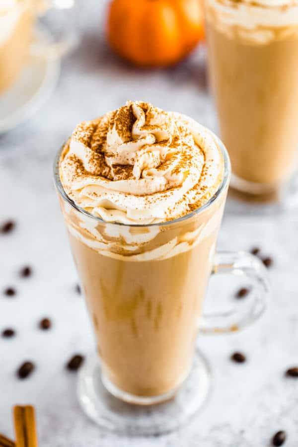 Was gibt es Schöneres, als den Herbst mit einer Tasse Kürbisgewürz Latte zu feiern ?! Lassen Sie die Coffeeshops hinter sich und machen Sie Ihre eigene Version dieses Herbstfavoriten, um sie immer wieder bequem von zu Hause aus zu genießen! #Kürbisgewürz #Kürbisspicelatte #Kürbis #Kürbisrezept #Fall #Herbst